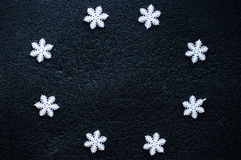 De witte decoratie van Kerstmissneeuwvlokken op zwarte geweven achtergrond Stock Fotografie