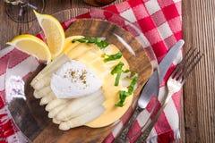 De witte die asperge met een boete wordt gediend hollandaise saus en Poache stock fotografie