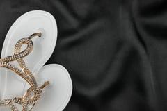 De witte die wipschakelaars met bergkristallen worden verfraaid ligt op zwarte doek stock foto