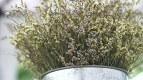 De witte droge emmer van de het metaalvaas van het bloemenboeket stock video