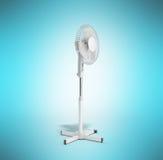 De witte elektrische 3d ventilator geeft op blauwe achtergrond terug Stock Fotografie