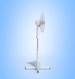 De witte elektrische 3d ventilator geeft op blauwe achtergrond terug Stock Afbeelding