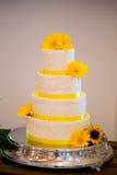 De witte en Gele Cake van de Huwelijksontvangst stock foto