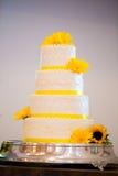 De witte en Gele Cake van de Huwelijksontvangst royalty-vrije stock foto