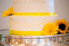 De witte en Gele Cake van de Huwelijksontvangst royalty-vrije stock afbeelding