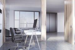 De witte en houten hoek van het open plekbureau Stock Afbeeldingen