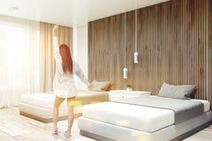 De witte en houten hoek van de hotelreeks, twee bedden, vrouw Stock Afbeeldingen