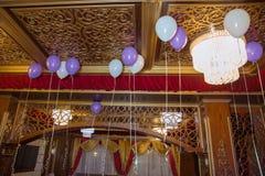 De witte en purpere ballonballons hangen onder het witte plafond royalty-vrije stock foto's