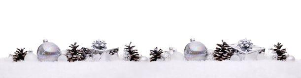 De witte en zilveren die Kerstmisballen met Kerstmis stellen giftdozen voor op een rij op sneeuw worden geïsoleerd royalty-vrije stock afbeeldingen