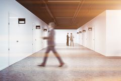 De witte gang van de bureauuniversiteit, rijen van deuren, mens Stock Foto's
