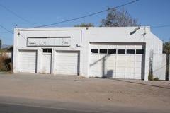 De witte garagebouw Stock Afbeeldingen