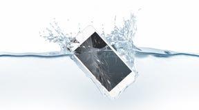 De witte gebroken smartphonespot daalt omhoog in water Royalty-vrije Stock Foto's