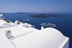 De witte gewassen huizen van Santorini stock fotografie
