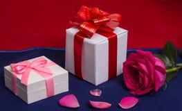 De witte giftdozen met rood namen en hart toe royalty-vrije stock afbeelding