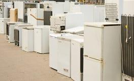 De witte goederen stapelden zich omhoog in het recycling van centrum op. Stock Afbeeldingen