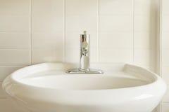 De witte Gootsteen van het Porselein en Witte Tegel Stock Foto's