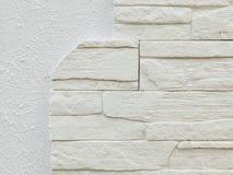 De witte grijze textuur van het gipspleisterpleister en wit de bakstenen van decoratiestenen patroon als achtergrond Imitatie bin Royalty-vrije Stock Foto's