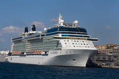 De witte grote cruiseschip en Straat van waterbosphorus in Istanboel, Turkije Stock Foto's