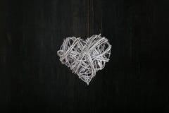 De Witte Hart Gevormde Kroon van liefdevalentijnskaarten op Donkere Achtergrond Stock Afbeeldingen