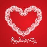 De witte Hartvorm wordt gemaakt van kantdoily op rode achtergrond Royalty-vrije Stock Fotografie