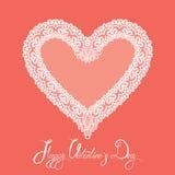 De witte Hartvorm wordt gemaakt van kantdoily op roze achtergrond Royalty-vrije Stock Foto's