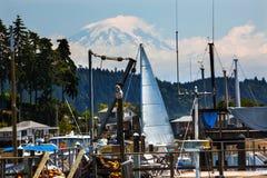 De witte Haven van de Jol van de Zeilboot zet Ranier Washington op Royalty-vrije Stock Foto