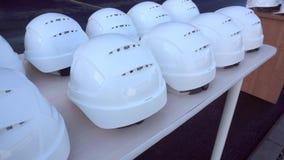De witte helmen zijn op de lijst stock footage