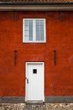 De witte het Ingangsdeur en Venster in de Rode Baksteenbouw, sluiten omhoog, Buitenkant Royalty-vrije Stock Foto's