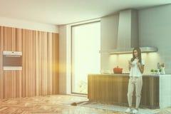 De witte hoek van de zolderkeuken met een kooktoestel, meisje Stock Foto