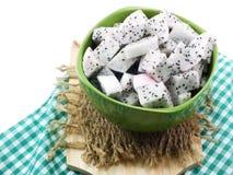 De witte hoge voedende besnoeiing van het draakfruit in ceramische kom selectieve nadruk Stock Afbeelding