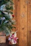De witte houder van de Kerstmiskaars verfraaide met denneappel en ashberry stok onder Kerstboom op houten achtergrond met sterren Stock Afbeeldingen