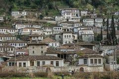 De witte Huizen van de Ottomanestijl in Albanië stock afbeelding