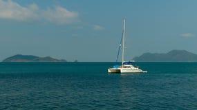 De witte jacht-catamaran in het overzees Royalty-vrije Stock Foto