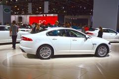 De witte Jaguar-Luxe glanst de Salon van Moskou Stock Foto