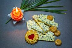 De witte kaars van chocoladekoekjes op een donkere achtergrond Royalty-vrije Stock Fotografie
