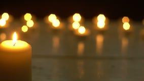 De witte kaarsen steken romantisch thema aan