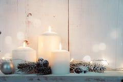 De witte kaarsen van Kerstmis Stock Foto's