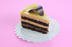 De witte kaastaart van de Chocolade op roze achtergrond Stock Afbeeldingen