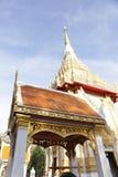 De witte kerk van Thailand met blauwe hemel Stock Foto's