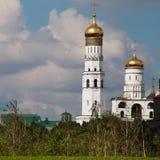 De witte klokketoren van Ivan groot Moskou het Kremlin en RT royalty-vrije stock afbeelding
