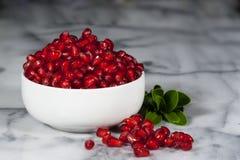 De Witte Kom van granaatappelzaden Stock Foto
