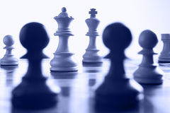 De witte koningin van het schaak op de aanval stock fotografie