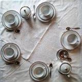 De de witte kop en schotel van de porseleinthee op een wit tafelkleed Tea Party-Ceremonie stock afbeelding