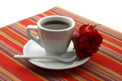 De witte kop van koffie met een rood nam toe stock afbeelding