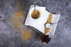 De witte kop van de porseleinkoffie met bruine droge suiker, nam, suikerkom toe, nam en zakhorloge toe royalty-vrije stock foto