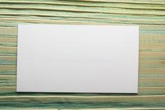 De witte lege bedrijfsbezoekkaart, gift, kaartje, pas, stelt dicht omhoog op vage blauwe achtergrond voor De ruimte van het exemp Royalty-vrije Stock Afbeelding