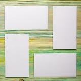 De witte lege bedrijfsbezoekkaart, gift, kaartje, pas, stelt dicht omhoog op vage blauwe achtergrond voor De ruimte van het exemp Stock Afbeelding