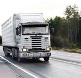 De witte lege vrachtwagen van de tractoraanhangwagen op weg royalty-vrije stock foto's