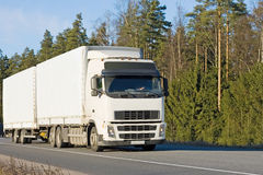 De witte lege vrachtwagen van de tractoraanhangwagen op weg stock foto's