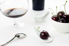 De witte lepel van kersen en kom, de fles van het sherryglas Stock Foto